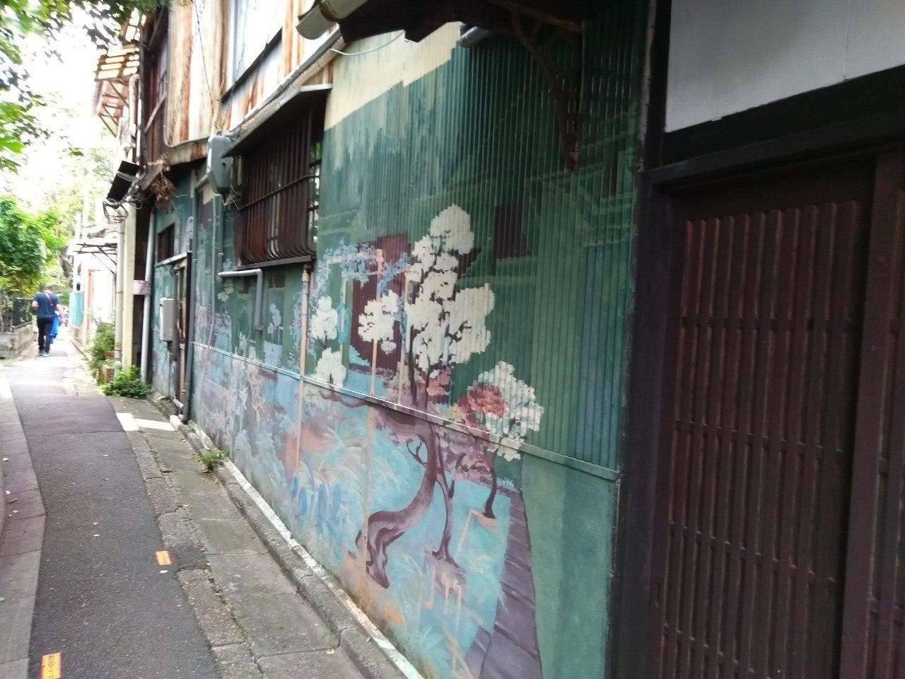 Цветочки на стене здания