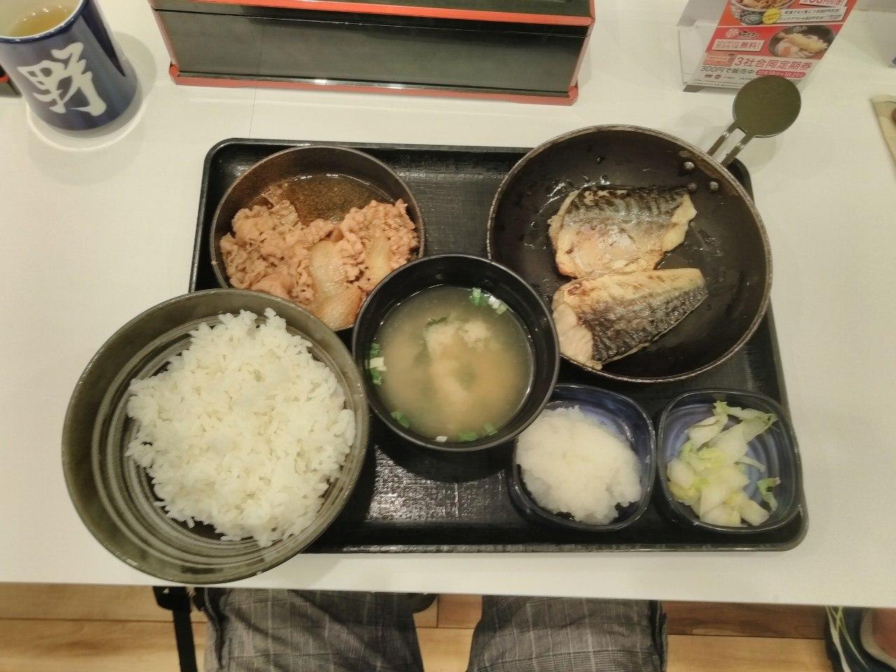Рис, свинина, мисо, какая-то рыба без костей (очень вкусная), тертый имбирь и салат из капусты